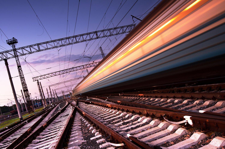 Kuva rataverkosta, jossa juna kiitää ohi